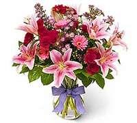 foto de florero con lilium rosado rosas y gerberas