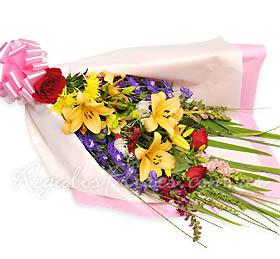 Foto de Ramo de rosas, lilium y flores de estación